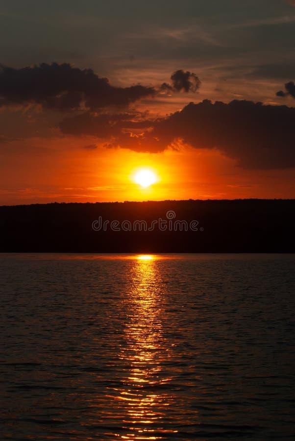 Nascer do sol em um rio incomodado, paisagem idealista do amanhecer imagem de stock royalty free