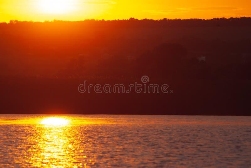 Nascer do sol em um rio incomodado, paisagem idealista do amanhecer fotografia de stock