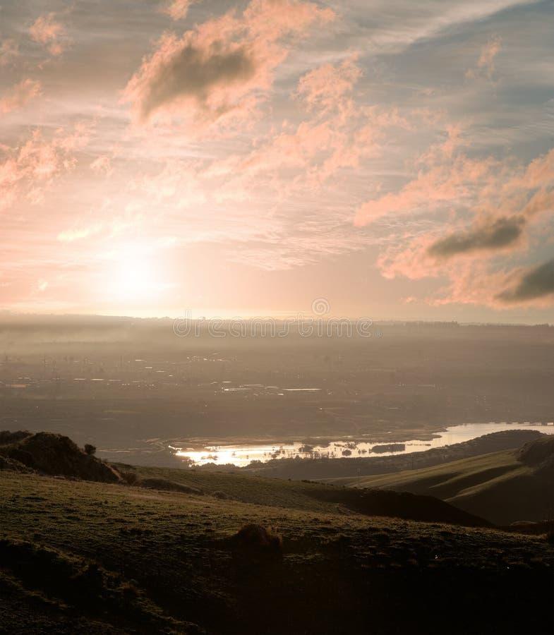 Nascer do sol enevoado no lago fotos de stock royalty free