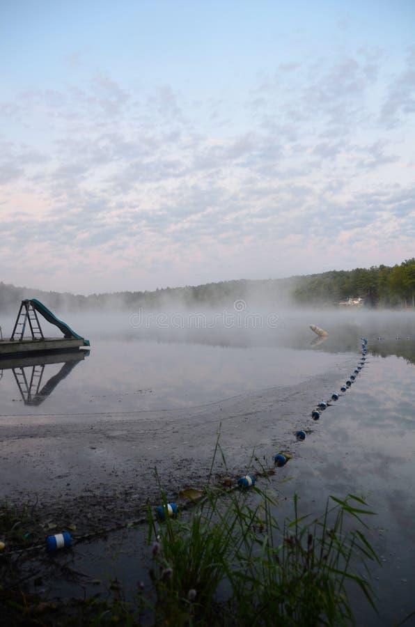 Nascer do sol enevoado no lago demon em NYS FingerLakes foto de stock royalty free