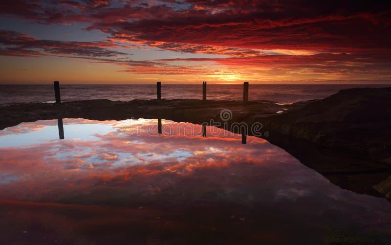 Nascer do sol espetacular sobre Ivo Rowe Rockpool Coogee Australia fotografia de stock royalty free