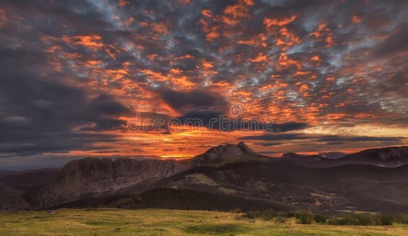 Nascer do sol explosivo sobre a montanha de Anboto em Urkiola imagem de stock
