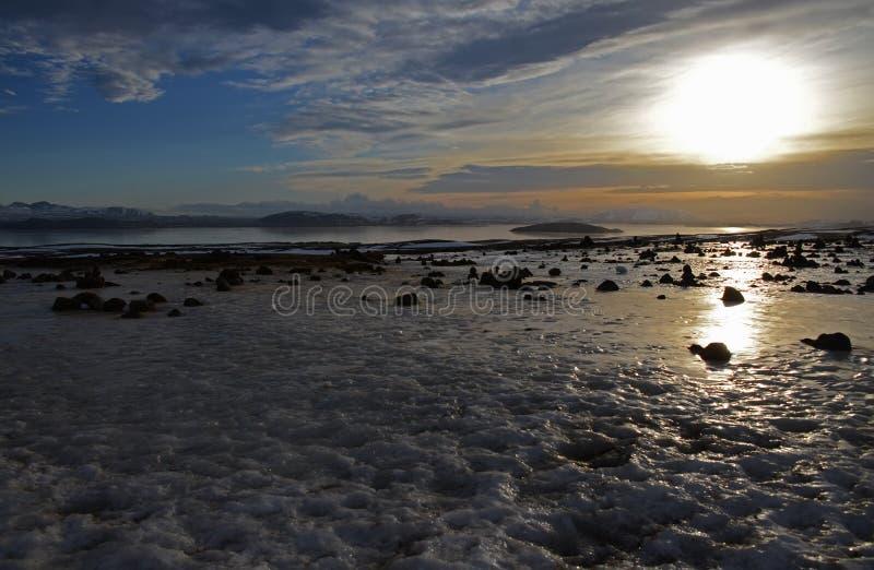 Nascer do sol fabuloso do inverno na Islândia Nascer do sol na perspectiva de montanhoso foto de stock