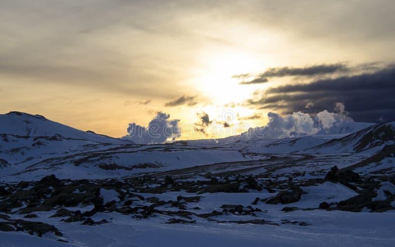 Nascer do sol fabuloso do inverno na Islândia Nascer do sol na perspectiva de montanhoso imagem de stock