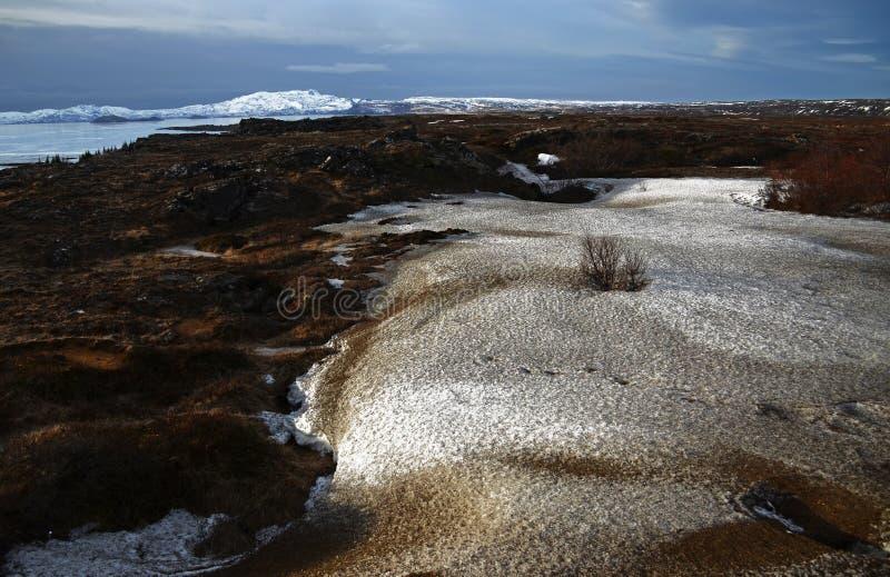 Nascer do sol fabuloso do inverno na Islândia Nascer do sol na perspectiva de montanhoso imagem de stock royalty free