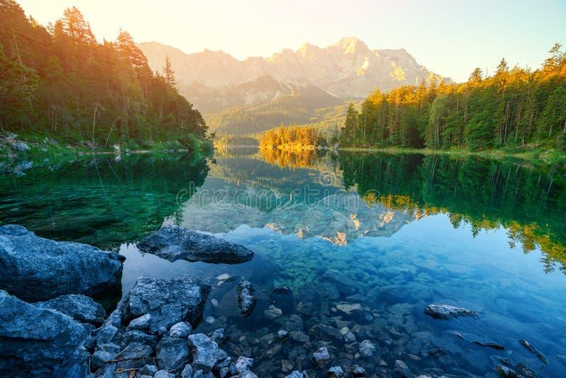 Nascer do sol fantástico no lago Eibsee da montanha fotografia de stock