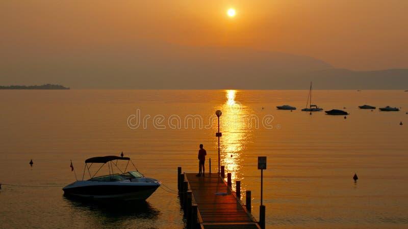 Nascer do sol fantástico no lago Garda em Itália imagem de stock