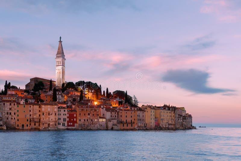 Nascer do sol fantástico do outono da cidade de Rovinj Seascape colorido da noite do mar de adriático Fundo de viagem do conceito foto de stock