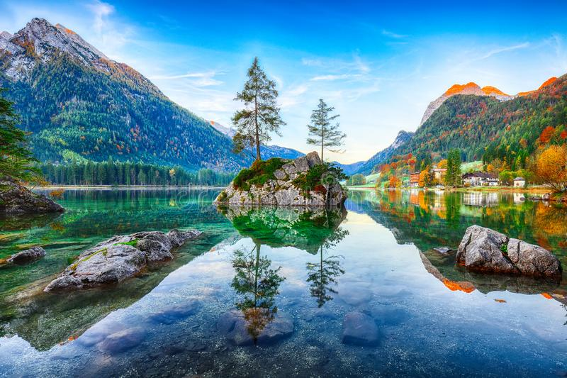 Nascer do sol fantástico do outono do lago Hintersee O cartão clássico vie fotos de stock