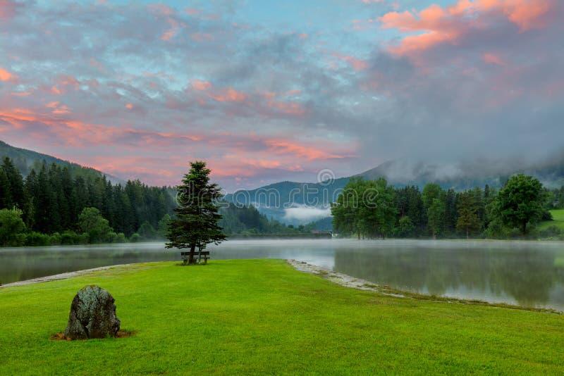 Nascer do sol fresco do verão no lago com nuvens coloridas imagens de stock royalty free