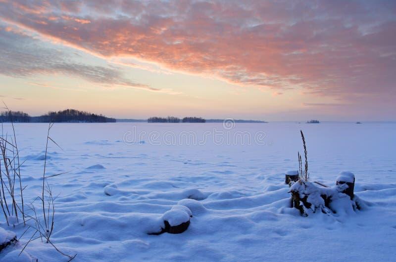 Nascer do sol impetuoso sobre o lago Uvildy no inverno, Ural do sul, região de Chelyabinsk fotos de stock