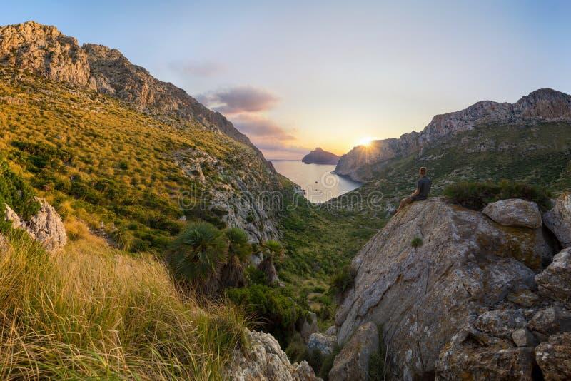 Nascer do sol incrível sobre Tampão de Formentor e quer do ³ de Cala BÃ perto de Pollenca, Mallorca, Espanha imagens de stock