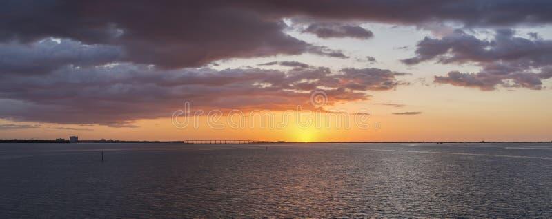 Nascer do sol lindo sobre Tampa Bay, Florida imagens de stock royalty free