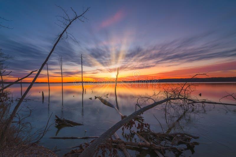 Nascer do sol longo da exposição com movimento da nuvem no reservatório de Manasquan foto de stock royalty free