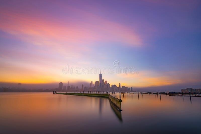 Nascer do sol longo nevoento da exposição de Manhattan foto de stock