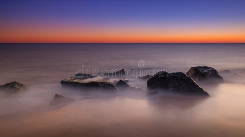 Nascer do sol longo rochoso do seascape da exposição fotos de stock royalty free
