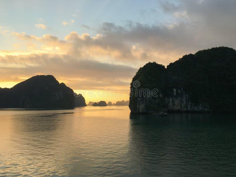 Nascer do sol mágico e dourado na baía de Halong, Vietname, Asi do sudeste fotos de stock royalty free
