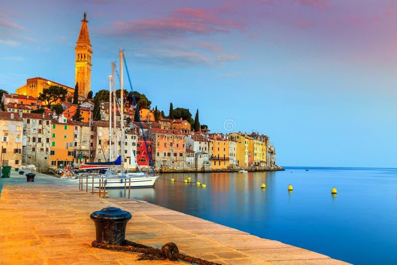 Nascer do sol maravilhoso com a cidade velha de Rovinj, região de Istria, Croácia, Europa imagens de stock royalty free