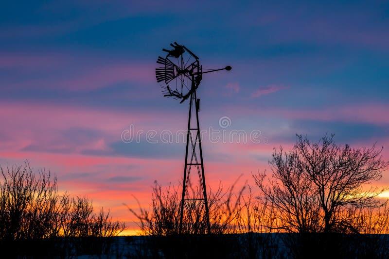 Nascer do sol do moinho de vento nas pradarias fotos de stock