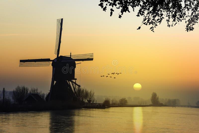 Nascer do sol morno e congelado do moinho de vento imagens de stock