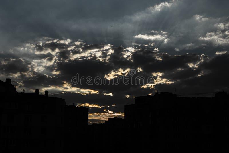 Nascer do sol muito bonito no fundo de uma área residencial fotografia de stock