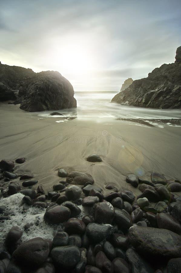 Nascer do sol na angra de Kynance, Cornualha foto de stock