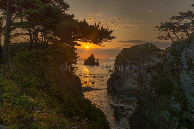 Nascer do sol na baía Gorshkov do pinho do cabo no mar de japão imagens de stock