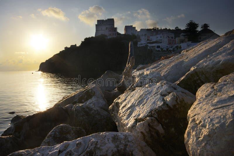 Nascer do sol na borda da água na ilha de Ponza Italy imagens de stock