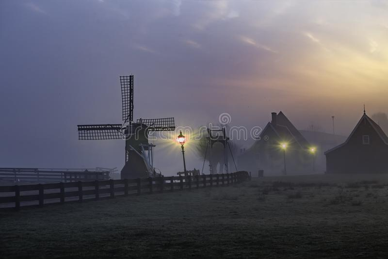 Nascer do sol na casa de madeira de Zaanse Schans imagens de stock royalty free