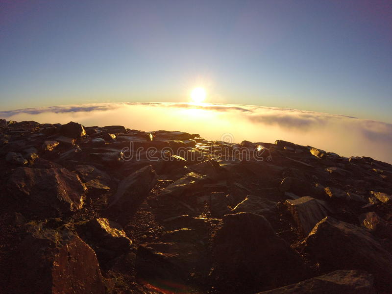 Nascer do sol na cimeira da montagem Snowdon foto de stock royalty free