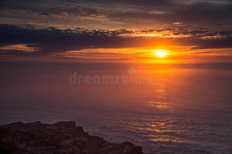 Nascer do sol na costa de maine imagem de stock royalty free