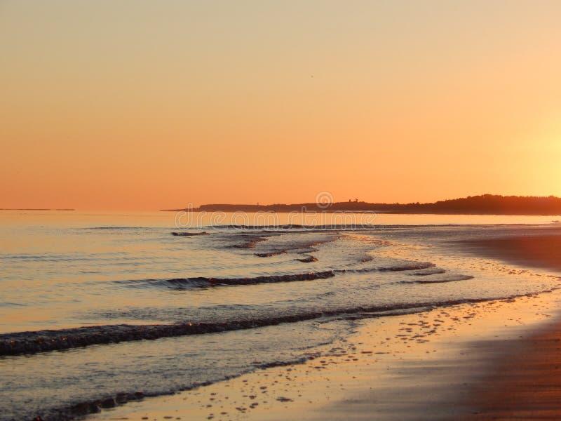 Nascer do sol na costa de mar branco fotos de stock