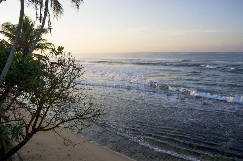 Nascer do sol na costa do Oceano Índico em Sri Lanka fotografia de stock royalty free