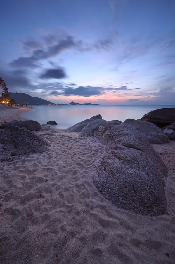 Download Nascer Do Sol Na Costa Rochosa Da Praia De Lamai Foto de Stock - Imagem de coastline, oceano: 29839014