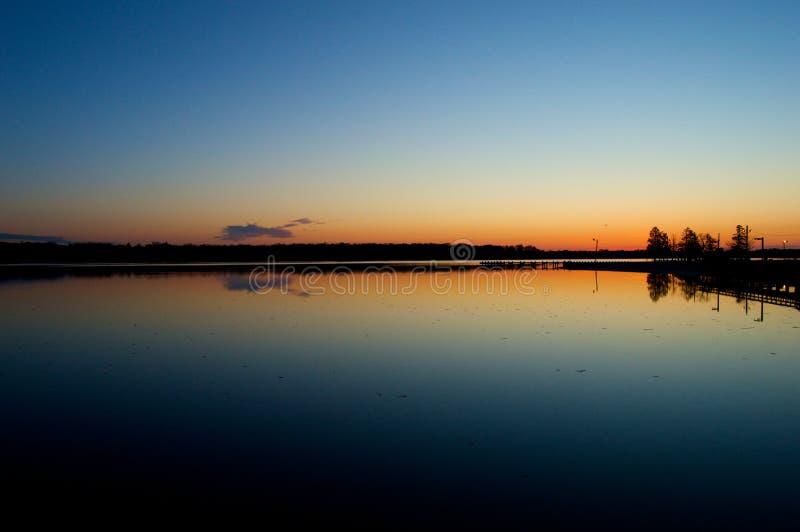 Nascer do sol na doca no rio imagem de stock royalty free