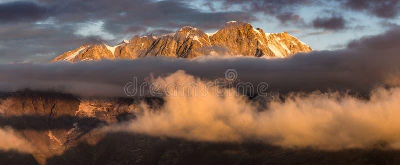 Nascer do sol na frente de Monte Rosa fotos de stock royalty free