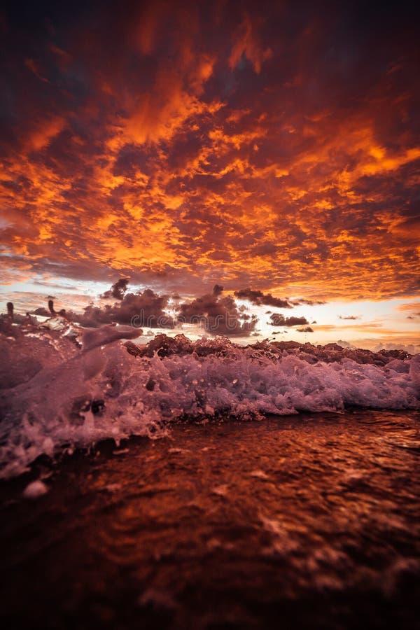 Nascer do sol na ilha de fraser com ondas imagem de stock