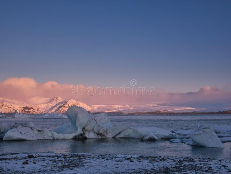 Nascer do sol na lagoa da geleira em Islândia fotografia de stock