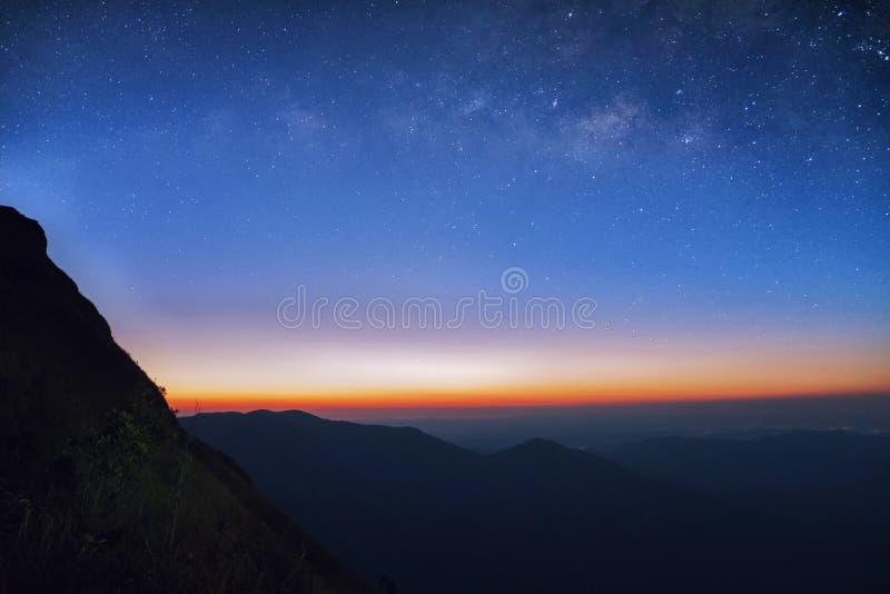 Nascer do sol na manhã, na estrela da paisagem e no nascer do sol no mounta fotos de stock royalty free