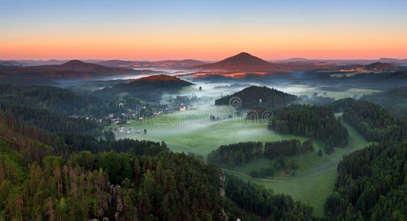 Nascer do sol na montanha bonita Checo switzerland foto de stock royalty free