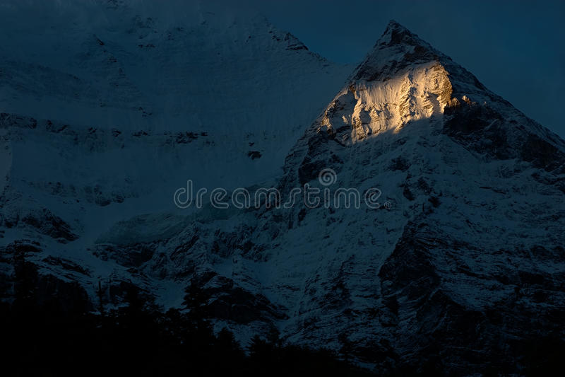 Nascer do sol na montanha da neve em DaoCheng imagem de stock