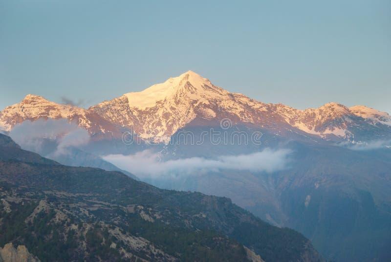 Nascer do sol na montanha, Nepal fotografia de stock royalty free