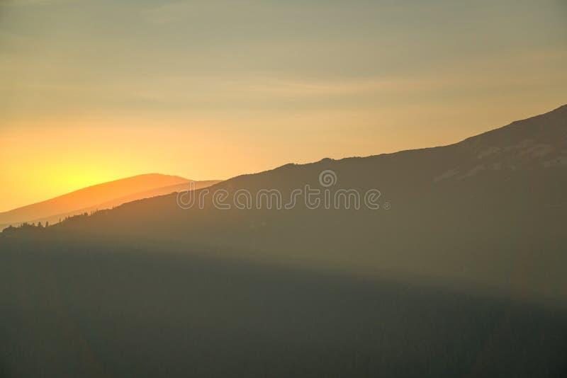 Nascer do sol na montanha, Rila, Bulgária imagens de stock