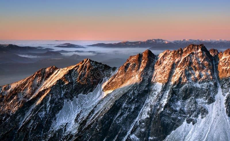 Nascer do sol na montanha rochosa imagem de stock royalty free