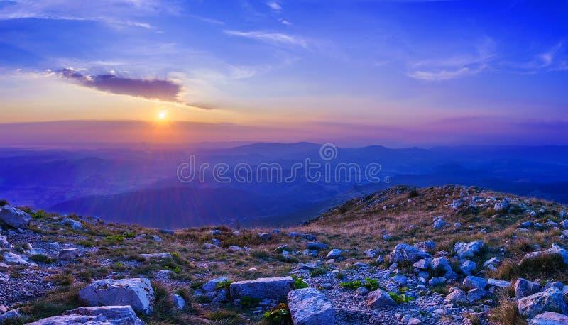 Nascer do sol na montanha Rtanj foto de stock