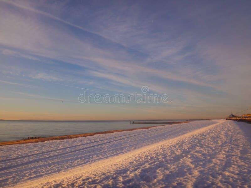 Nascer do sol na neve imagens de stock