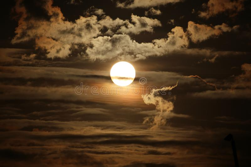 Nascer do sol na nuvem imagens de stock