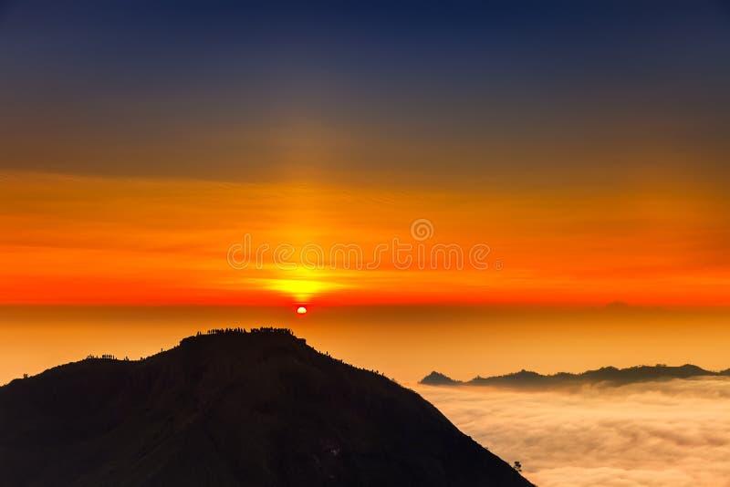 Nascer do sol na parte superior do vulcão de Batur da montanha/bali, Indonésia foto de stock