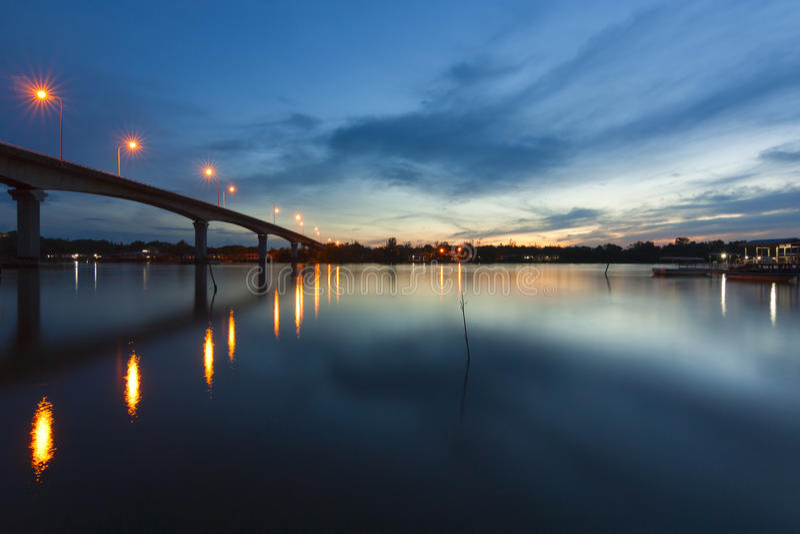 Nascer do sol na ponte de Mengkabong em Sabah, Malásia fotografia de stock