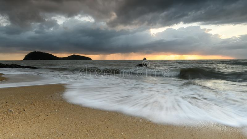 Nascer do sol na praia da angra da palma em Queensland norte imagem de stock